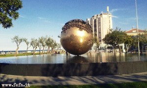 """La scultura di Arnaldo Pomodoro, la """"Sfera Grande"""", chiamata comunemente """"Palla di Pomodoro"""" dai Pesaresi"""