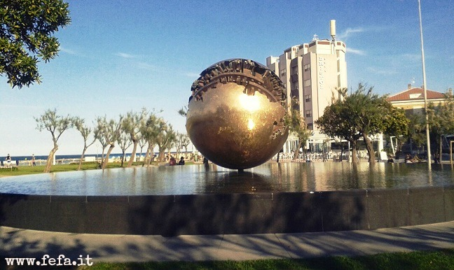 """La scultura di Arnaldo Pomodoro, la """"Sfera Grande"""", chiamata comunemente """"Palla di Pomodoro"""" - Pesaro"""