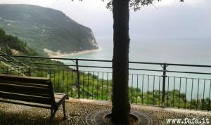 """La """"piazzetta"""" a Sirolo, con un'incredibile vista sul mare e sul Monte Conero"""