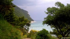 Il panorama del cuore verde del Conero, lungo il sentiero che porta alla spiaggia dei Sassi Neri, a Sirolo nelle Marche