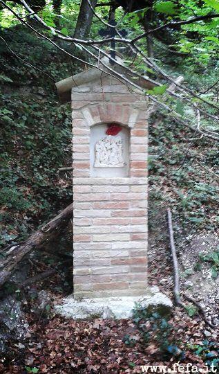Uno dei 14 segnasentiero che ci porta all'Eremo di Val di Sasso, a Fabriano, nelle Marche.  Un'ora di salita è davvero una Via Crucis!